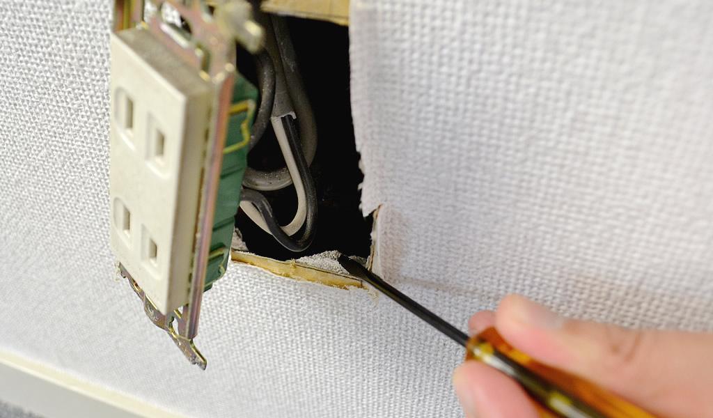 コンセントカバーを外せば壁の断面を直接見れます
