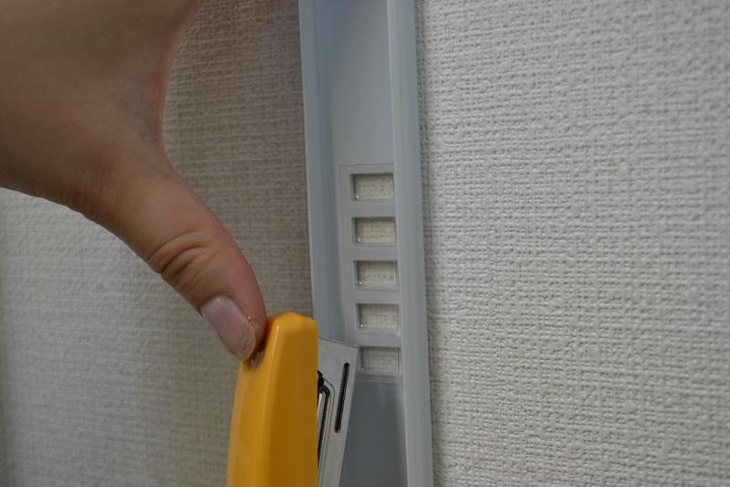ホチキスで壁に固定する配線モールです