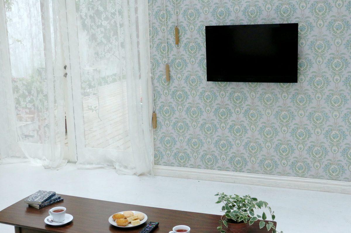 リビングで最適な壁掛けテレビの高さを考える