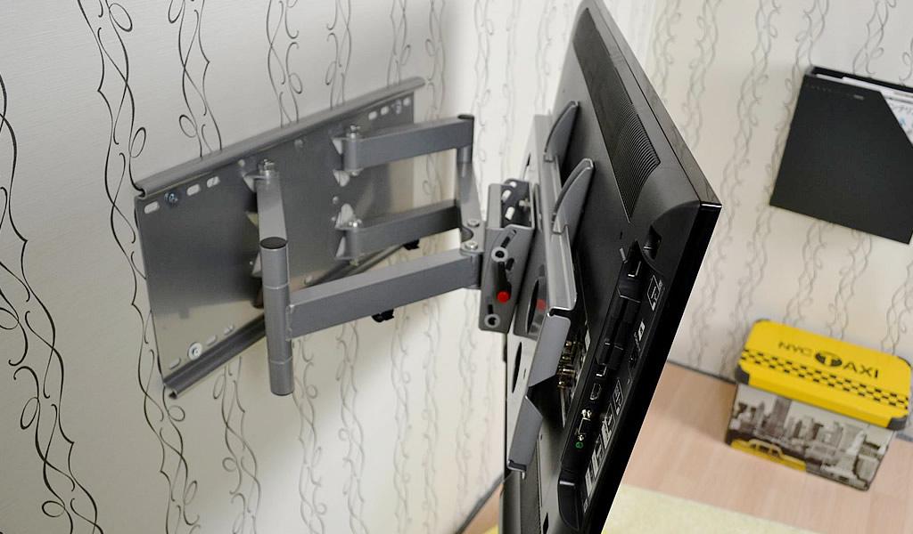 以前のテレビ金具はまさに部材、鉄の塊でした TVセッターフリースタイルGP137