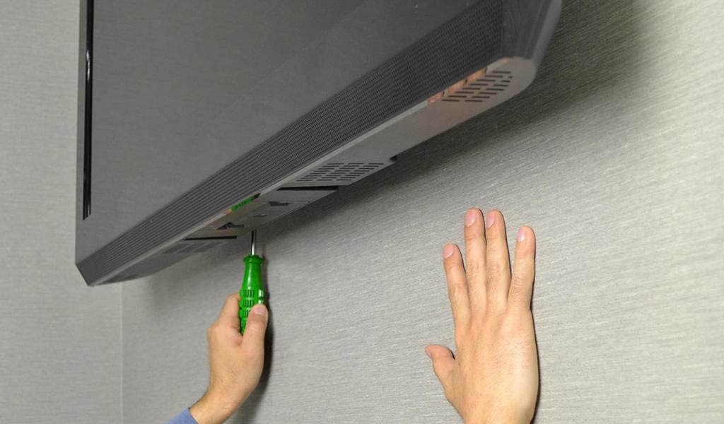 普通はテレビ金具をロックするのがけっこう大変!